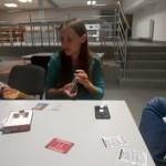 Pani Wiceprezes tasująca karty do gry